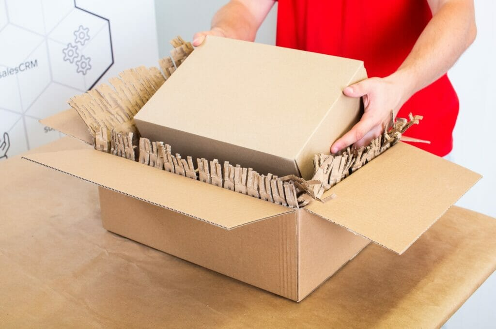 Kamil pakuje paczkę z ekologicznym wypełniaczem