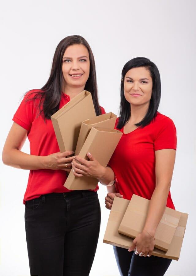Milena i Marta z książkami zapakowanymi w owijki